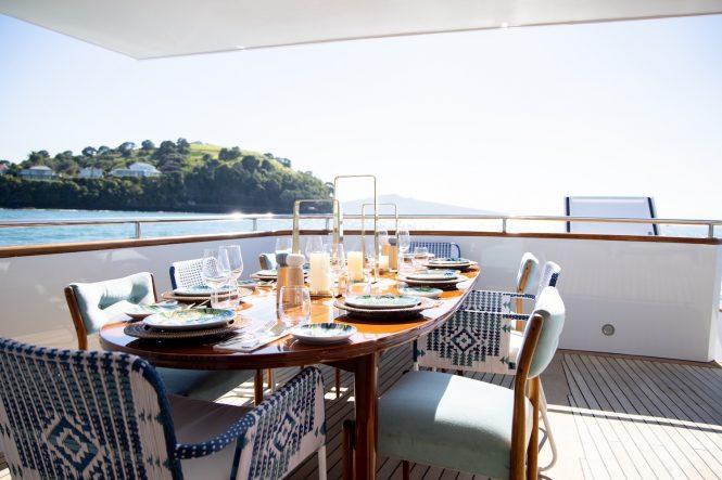Schönes Frühstück an Bord der Motoryacht SEA BREEZE III im Südpazifik und Französisch-Polynesien verfügbar